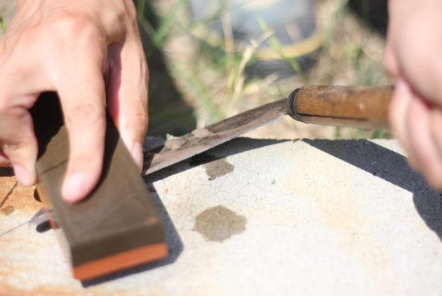 砥石から流れる水は研磨剤の役割になる