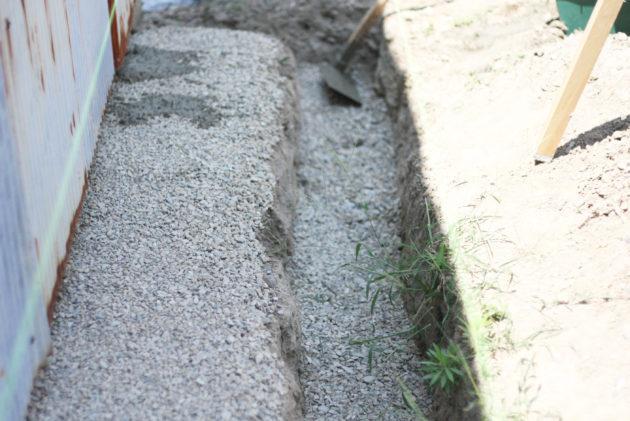 土を締め固めたところにバラスを敷いた状態
