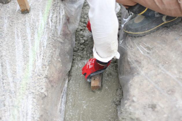 水平器を使いながらコンクリートを平す