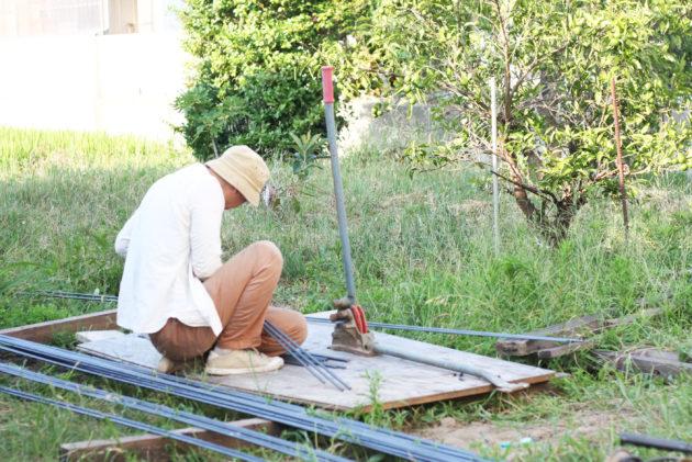 バーベンダーを使って鉄筋を曲げる作業