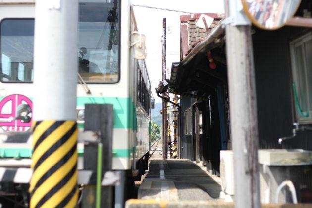 西御坊駅の軒先と車両
