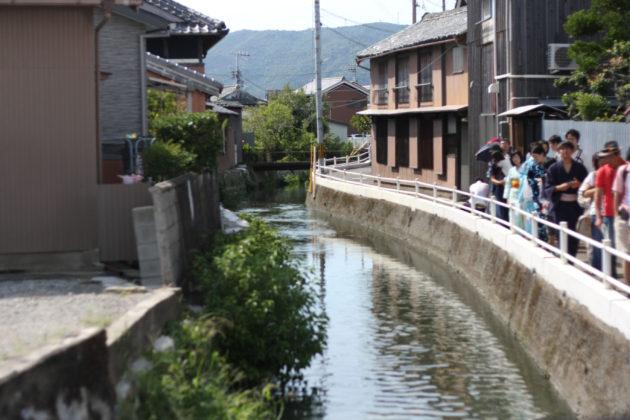 寺内町に流れる川沿いを歩く