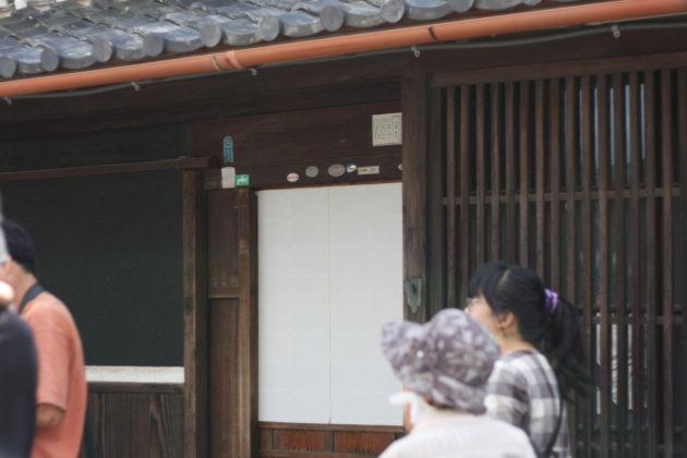 寺内町に残る、玄関が障子戸の家