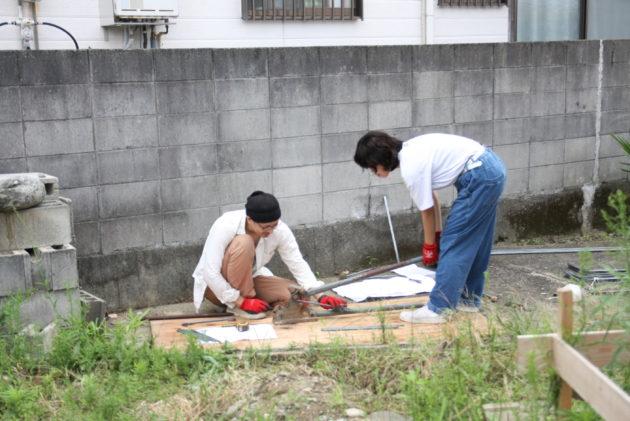 バーベンダーで鉄筋を曲げる作業