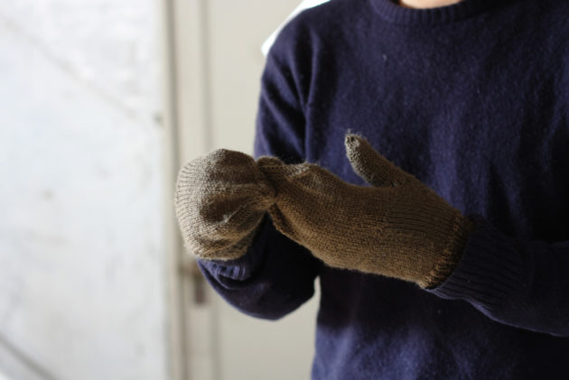 手編みのカバー付き手袋