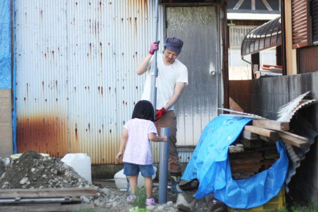 塩ビパイプでの穴掘り作業
