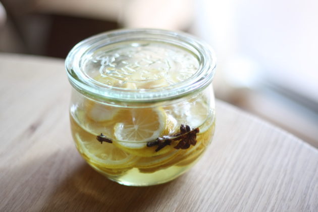 八角やクローブなどのスパイスを入れた自家製レモンシロップ
