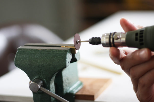 真鍮の小口をルーターで研磨する