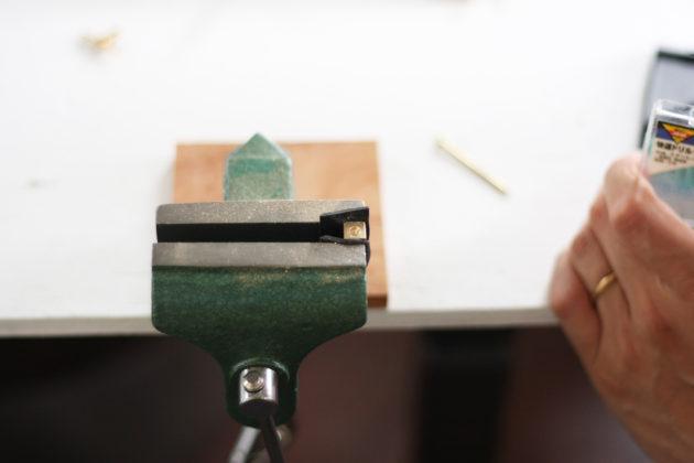 バイスにゴムマットを挟んで真鍮を安定させる