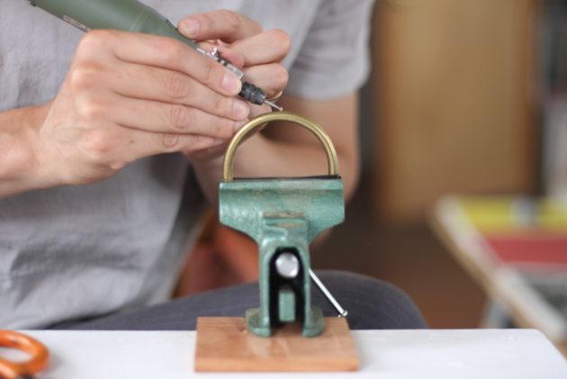 ルーターで真鍮の丸棒に穴を開ける1