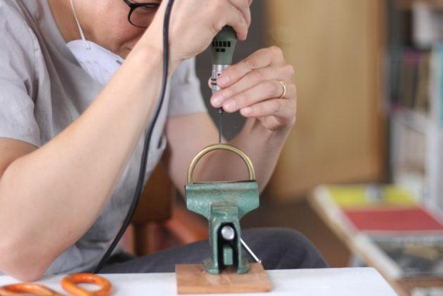 ルーターで真鍮の丸棒に穴を開ける2