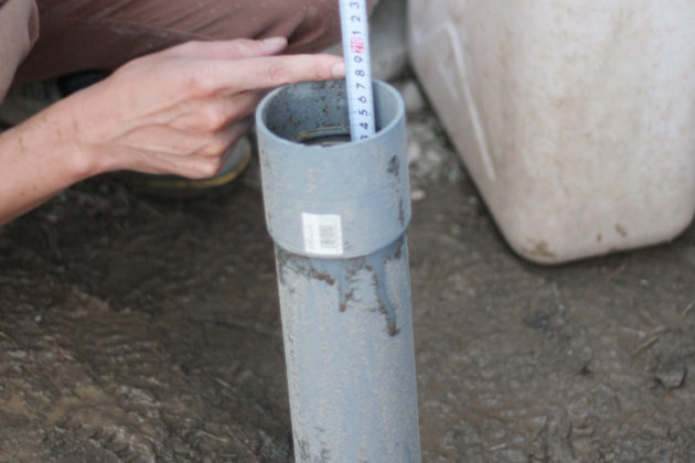 単管で掘り進めた穴