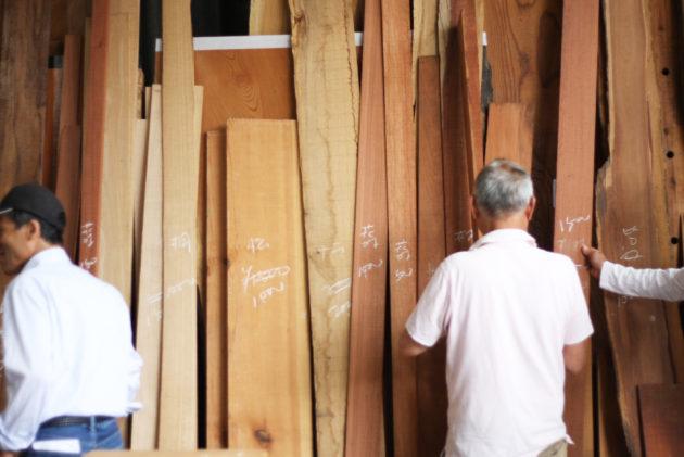 銘木朝市に並べられた木材
