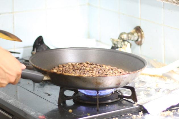 フライパンでの自家焙煎の様子2