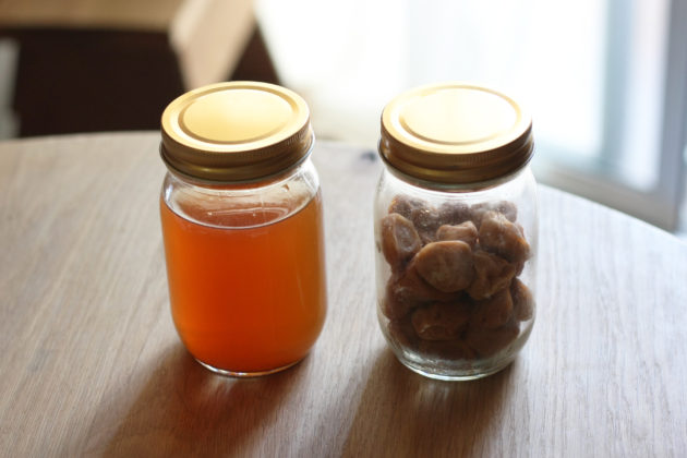 瓶に詰めた梅酢と梅干し