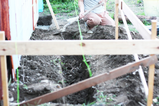 捨てコン用の穴を掘る