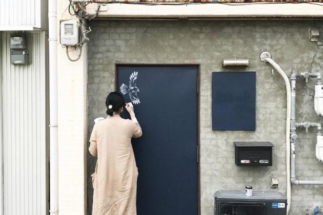 玄関扉へのチョークアート